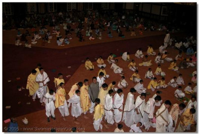 HDH Acharya Swamishree gives His darshan and prasad to the participants of the pooja shibir