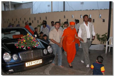 Acharya Swamishree, sants and devotees arrive at Arusha temple