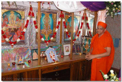 HDH Acharya Swamishree doing darshan to Lord SwaminarayanBapa Swamibapa at Arusha temple