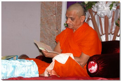 HDH Acharya Swamishree reading 'Abjibapashree Ni Vato' for the parayan