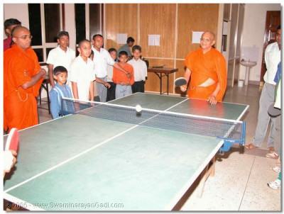 Acharya Swamishree gives His divine darshan whilst playing table-tennis