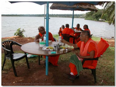 Acharya Swamishree gives His divine darshan during luncheon thaar