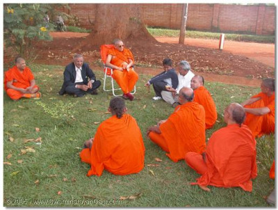 Sants and devotees gather in the divine presence of Acharya Swamishree