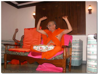 His Divine Holiness Acharya Swamishree concludes the evening sabha