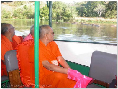 On 4th January 2003, His Divine Holiness along with the Sants and devotees travel to Marchisan Falls on the River Nile. This site was often graced by visits from Jeevanpran Shree Muktajeevan Swamibapa during His Africa tours. Acharya Swamishree blesses the wildlife in the river during a cruise on the Nile