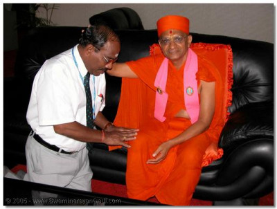 On 6th January 2004 His Divine Holiness Acharya Swamishree, Sants and devotees travel to the airport to return to Nairobi. At the airport, one of the mananagement staff requests Acharya Swamishree and the Sants to await the departure of their flight in the VIP lounge.