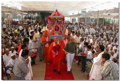 HDH Acharya Swamishree leads our HDH Jeevanpran Swamibapa through the swagat