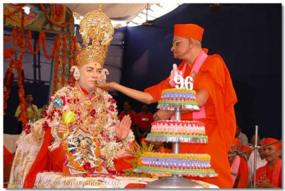 HDH Jeevanpran Swamibapa is offered cake by HDH Acharya Swamishree