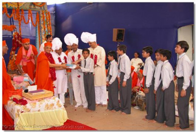 HDH Acharya Swamishree and guests presents prizes to students of the chatralaya