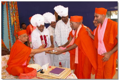 HDH Acharya Swamishree, sants and guest perform the inauguration ceremony