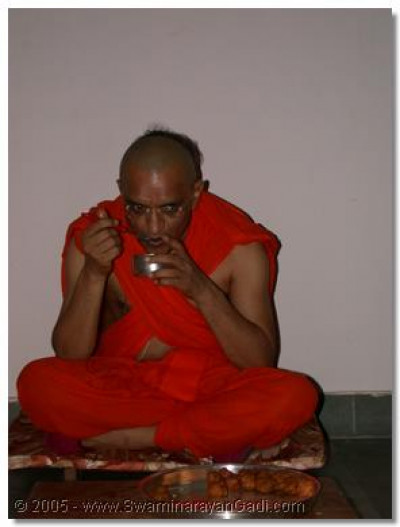 HDH Acharya Swamishree having prasad of 'doodh pova' and 'gotas'