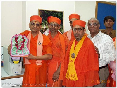 HDH Acharya Swamishree and Sadguru Shree Bhaktavatsaldasji Swami during the opening of the Computer Center at Shree Swaminarayan High School in May 2000