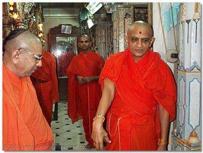 HDH Acharya Swamishree wearing the rakhadi put on by Sadguru Shree Bhaktavatsaldasji Swami, August 1999