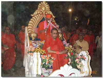 Sadguru Shree Bhaktavatsaldasji Swami seated with HDH Acharya Swamishree during the Mankuva Mahotsav, May 2002.