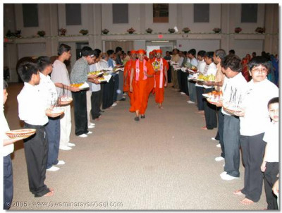 HDH Acharya Swamishree blessing young disciples in the Shahi Swagat