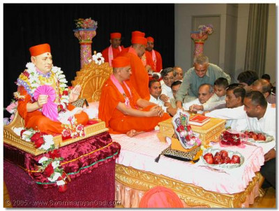 The Sants and disciples performing poojan to Acharya Swamishree.