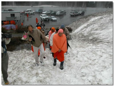 HDH Acharya Swamishree and sants arrive at the base of Mount Ranier