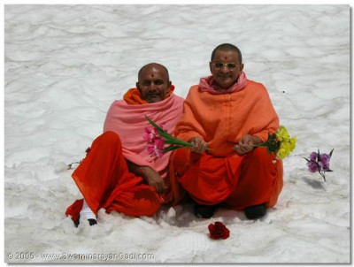 His Divine Holiness Acharya Swamishree gives darshan with Sant Shiromani Shree Divyaswaroopdasji Swami