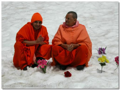 His Divine Holiness Acharya Swamishree gives darshan with Sant Shiromani Shree Sarvagunalaydasji Swami