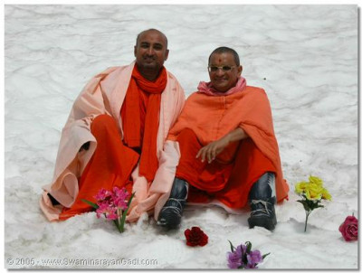 His Divine Holiness Acharya Swamishree gives darshan with Sant Shiromani Sadguru Shree Bhagwatpriyadasji Swami