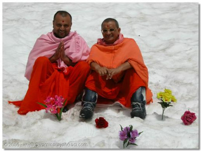 His Divine Holiness Acharya Swamishree gives darshan with Sant Shiromani Shree Premswaroopdasji Swami