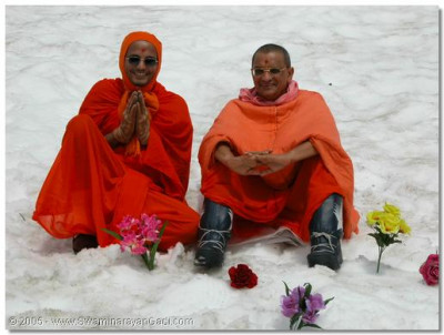 His Divine Holiness Acharya Swamishree gives darshan with Sant Shiromani Shree Gnanbhushandasji Swami