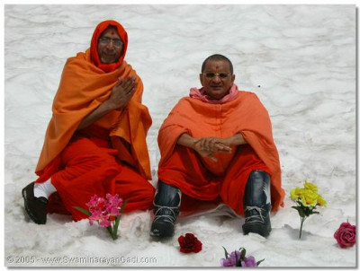 His Divine Holiness Acharya Swamishree gives darshan with Sant Shiromani Shree Prashantswaroopdasji Swami