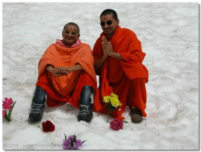 His Divine Holiness Acharya Swamishree gives darshan with Sant Shiromani Shree Gnandivakardasji Swami