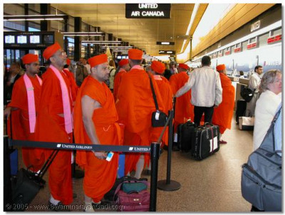 Acharya Swamishree, Sants and disciples at Seattle airport