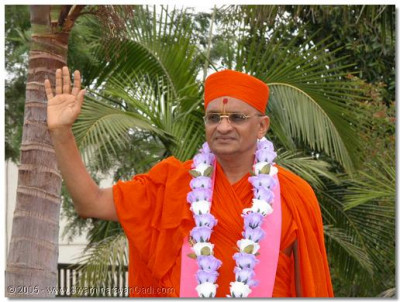 HDH Acharya Swamishree giving His divine darshan