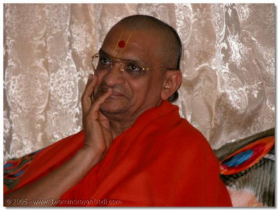 Acharya Swamishree giving darshan