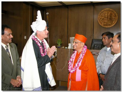 HDH Acharya Swamishree grants Judge Gray a prasanta pagh