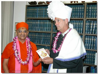 Judge Gray is presented the Shikshapatri by HDH Acharya Swamishree