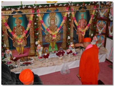 HDH Acharya Swamishree performing aarti to Lord Swaminarayanbapa Swamibapa in Chicago temple