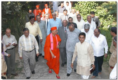HDH Acharya Swamishree and Justice Shree J. N. Bhatt along with leading dignitaires arrive at Gujarat Vidhyapith Bulidings in Ahemdabad