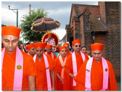 Acharya Swamishree and sants give darshan during the arrival ceremony procession.