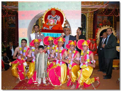 Young devotees who performed the welcoming dance during the Swagat Sabha have the darshan of Acharya Swamishree