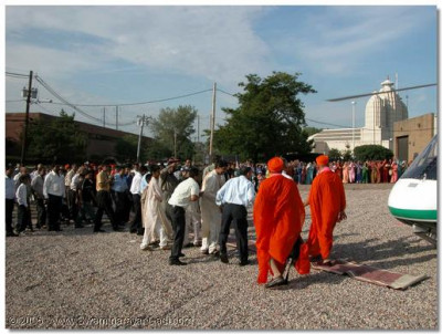 Acharya Swamishree is welcomed by His loving devotees