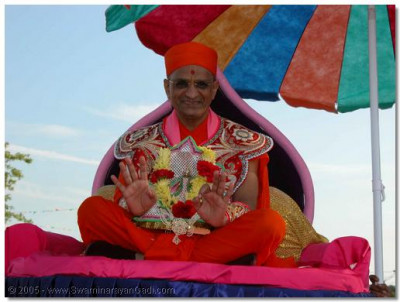 Acharya Swamishree give darshan seated on the float