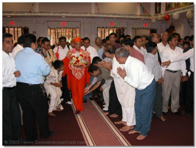 Devotees doing darshan to Acharya Swamishree