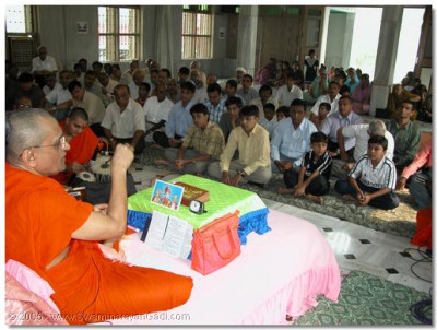 The congregation attentively listen to Acharya Swamishree describing the glory of the supreme, merciful Lord