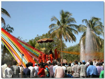 His Divine Holiness Acharya Swamishree blesses all the devotees with prasadi coloured water