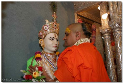 During the last assembly in London, Acharya Swamishree promised that He would give a kiss to Shree Ghanshyam Maharaj, on behalf of all the disciples in the UK. Here, we see Shree Ghanshyam Maharaj and Acharya Swamishree lovingly embracing each other