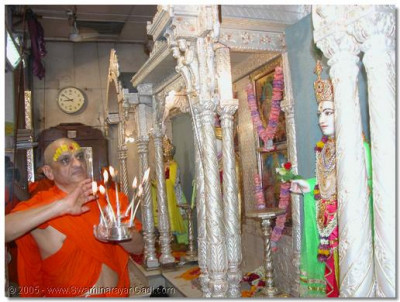 Acharya Swamishree concludes the Shanghar aarti