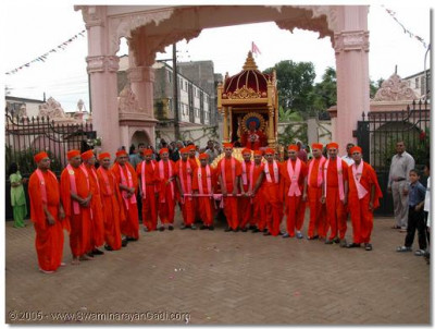 Sants take the opportunity to draw Acharya Swamishree's chariot