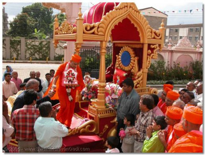 Acharya Swamishree arrives at the temple entrance