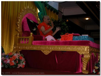 Acharya Swamishree giving His divine ashirwad to the congregation