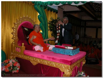 Leading representatives from the congregation garland Acharya Swamishree