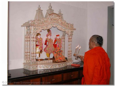 Acharya Swamishree performs the evening aarti ceremony