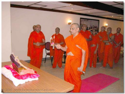 Acharya Swamishree performs the evening aarti ceremony at Parla Lodge